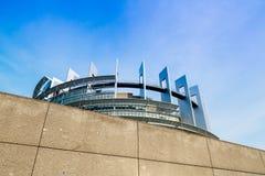 Costruzione del Parlamento Europeo dietro la parete di sicurezza Immagine Stock