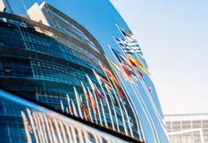 Costruzione del Parlamento Europeo riflessa in parabrezza dell'automobile Fotografie Stock Libere da Diritti