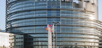 Costruzione del Parlamento Europeo a Strasburgo con tutte le bandiere Immagini Stock