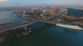 Costruzione del ponte attraverso il fiume stock footage