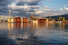 Costruzione del ponte della strada attraverso il fiume Fotografia Stock Libera da Diritti