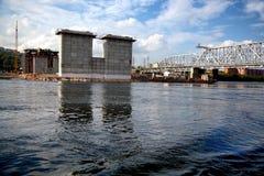 Costruzione del ponte della strada attraverso il fiume Immagine Stock