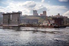 Costruzione del ponte della strada attraverso il fiume Fotografie Stock
