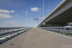 Costruzione del ponte e della strada sul fiume Fotografie Stock Libere da Diritti