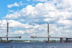 Costruzione del ponte strallato attraverso il fiume Neva Immagine Stock