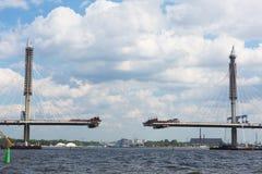 Costruzione del ponte strallato attraverso il fiume Neva Fotografie Stock Libere da Diritti