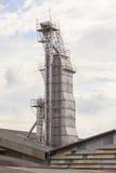 Costruzione del silo del fertilizzante naturale contro i cieli nuvolosi Fotografie Stock