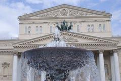 Costruzione del teatro di Bolshoy a Mosca L'acqua della fontana spruzza Immagini Stock