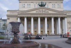 Costruzione del teatro di Bolshoy a Mosca L'acqua della fontana spruzza Immagine Stock