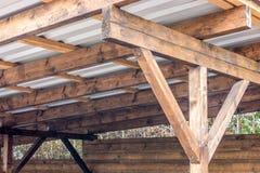 Costruzione del tetto di un carport immagine stock