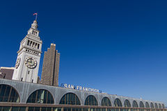 Costruzione del traghetto di San Francisco con la torretta di orologio Fotografie Stock Libere da Diritti