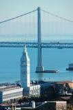 Costruzione del traghetto di San Francisco e ponte della baia Fotografia Stock Libera da Diritti