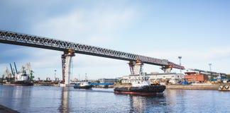 Costruzione del viadotto sopra il grande canale del mare Fotografia Stock Libera da Diritti