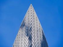 Costruzione dell'alta carica di vetro di finestra che riflette il cielo e le nuvole luminose Immagini Stock Libere da Diritti