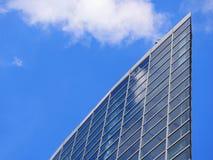 Costruzione dell'alta carica di vetro di finestra che riflette il cielo e le nuvole luminose Fotografia Stock Libera da Diritti