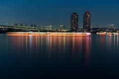 Costruzione dell'alta torre alla baia di Tokyo alla notte Fotografie Stock