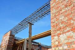 Costruzione dell'architrave Barre d'acciaio sul nuovo angolo domestico della costruzione, barre concrete del tondo per cemento ar Fotografia Stock Libera da Diritti