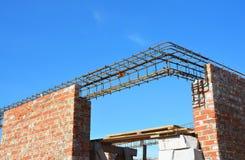Costruzione dell'architrave Barre d'acciaio sul nuovo angolo domestico della costruzione, barre del tondo per cemento armato del  Fotografia Stock Libera da Diritti