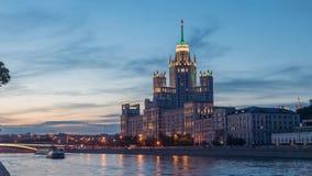 Costruzione dell'argine di Kotelnicheskaya - giorno all'intervallo di notte video d archivio