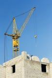 Costruzione dell'edificio residenziale con la gru Fotografia Stock