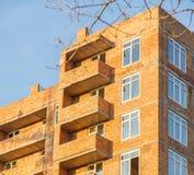 Costruzione dell'edificio residenziale multipiano della casa con mattoni a vista fotografie stock libere da diritti