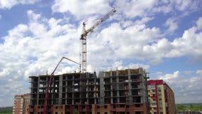 Costruzione dell'edificio sui precedenti del lasso di tempo delle nuvole e del cielo 4 K Appartamenti in costruzione sopra video d archivio