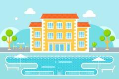 Costruzione dell'hotel con l'area di località di soggiorno della piscina contro il fondo della natura Fotografia Stock