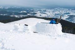 Costruzione dell'iglù nell'alta montagna Fotografie Stock Libere da Diritti