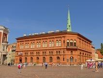 Costruzione della Borsa di Riga con la gente nella parte anteriore Immagine Stock Libera da Diritti