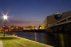 Costruzione della cancelleria a Berlino al blu nostro immagini stock