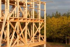 Costruzione della casa ecologica Struttura di legno della casa in costruzione Nuova costruzione incorniciata di una Camera Fotografia Stock
