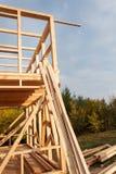 Costruzione della casa ecologica Struttura di legno della casa in costruzione Nuova costruzione incorniciata di una Camera Fotografie Stock Libere da Diritti