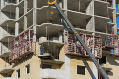 Costruzione della casa monolitica di palazzo multipiano Fotografie Stock