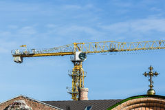 costruzione della chiesa cristiana con la gru Fotografia Stock