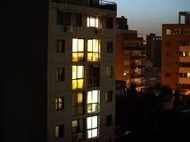Costruzione della città alla notte Fotografie Stock Libere da Diritti