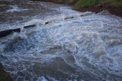 Costruzione della diga artificiale per immagazzinare acqua per il periodo di siccità, ther immagini stock libere da diritti