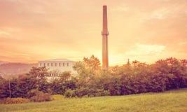 Costruzione della fabbrica nel tramonto Fotografie Stock Libere da Diritti