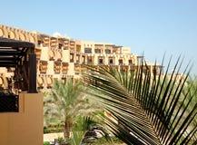 Costruzione della fronda della palma e dell'albergo di lusso Immagine Stock Libera da Diritti