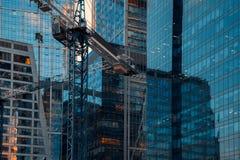 Costruzione della costruzione della gru in una città del centro fotografie stock