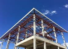 Costruzione della nuova casa con l'acciaio e la struttura in cemento armato fotografia stock
