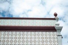 Costruzione della parete delle mattonelle vecchia con le altezze immagine stock libera da diritti