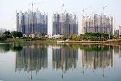 Costruzione della riva del lago in costruzione Immagine Stock