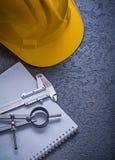 Costruzione della scala a nonio della bussola di disegno del casco della costruzione del taccuino Fotografia Stock