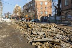 Costruzione della strada di città con saphalt demolito Fotografie Stock Libere da Diritti