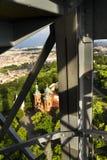 Costruzione della torre dell'allerta di Petrin a Praga, repubblica Ceca Immagini Stock