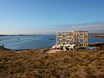 Costruzione della torre di osservazione dell'uccello, isola pietrosa Norvegia Costruzione di legno della torre Fotografia Stock