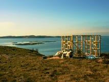 Costruzione della torre di osservazione dell'uccello, isola pietrosa Norvegia Costruzione di legno della torre Fotografie Stock