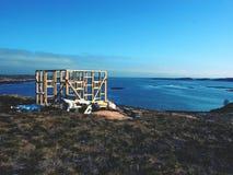 Costruzione della torre di osservazione dell'uccello, isola pietrosa Norvegia Costruzione di legno della torre Immagine Stock