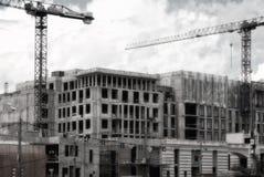 Costruzione delle case di pannello multipiane, grattacielo nella metropoli con le alte gru Costruzione Mosca Fotografia Stock