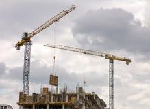 Costruzione delle costruzioni multipiano con la gru Fotografia Stock Libera da Diritti